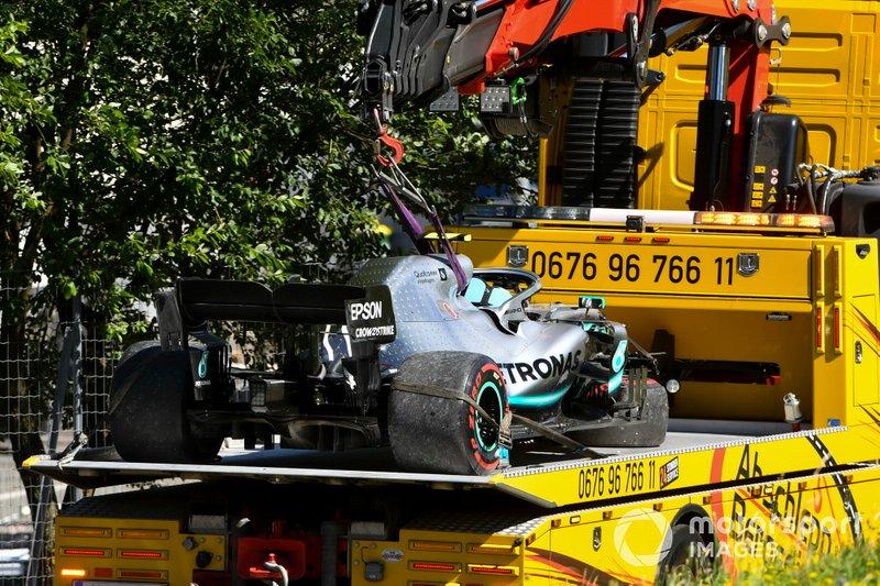 El coche dañado de Valtteri Bottas, Mercedes AMG W10