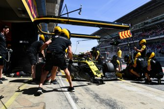 Nico Hulkenberg, Renault R.S. 19, in the pits