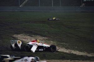 Ayrton Senna, Toleman TG184 Hart, fuori dalla pista, dopo aver colpito la monoposto di Keke Rosberg, Williams FW09 Honda, al primo giro