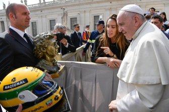 Papst Franziskus nimmt Helm und Büste von Ayrton Senna in Empfang