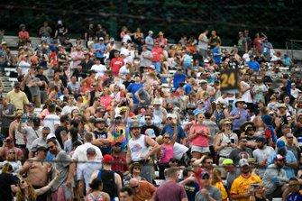 Fans durante la competencia en boxes