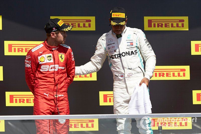 Podio: ganador de la carrera Lewis Hamilton, Mercedes AMG F1 consuela a Sebastian Vettel, Ferrari, segundo lugar
