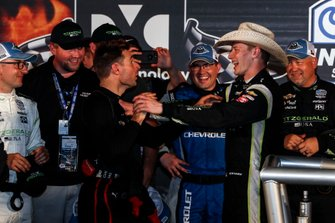 Ganador Josef Newgarden, Team Penske Chevrolet celebra en victory lane con Will Power, Team Penske Chevrolet