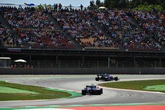 Daniil Kvyat, Toro Rosso STR14, leads Alexander Albon, Toro Rosso STR14