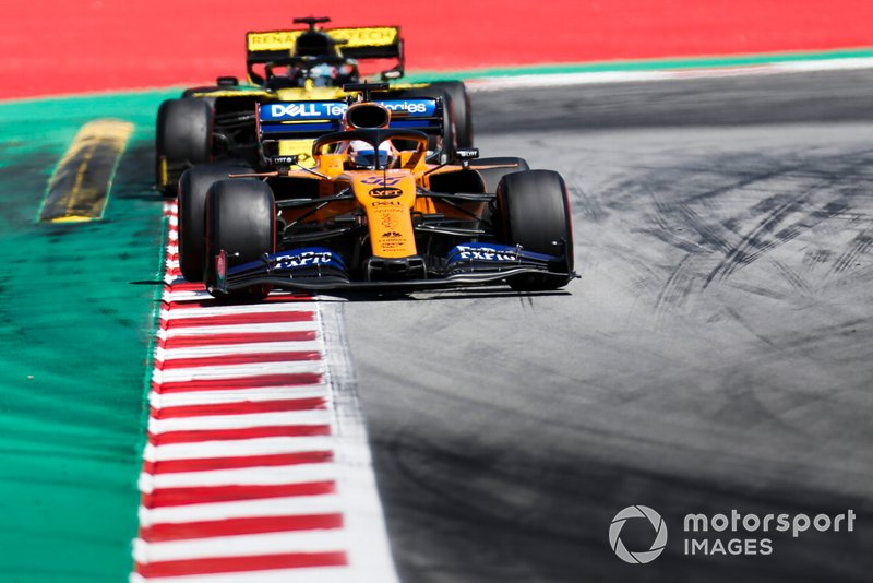 Carlos Sainz Jr., McLaren MCL34, leads Daniel Ricciardo, Renault R.S.19