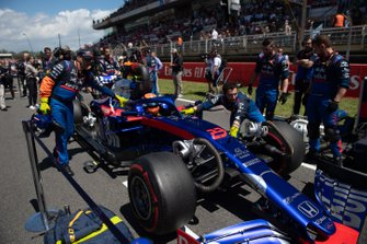 Alexander Albon, Toro Rosso STR14, arrives on the grid