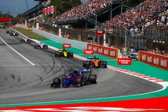 Alexander Albon, Toro Rosso STR14, devant Carlos Sainz Jr., McLaren MCL34, Daniel Ricciardo, Renault R.S.19, et Sergio Perez, Racing Point RP19