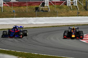 Pierre Gasly, Red Bull Racing RB15, passes Daniil Kvyat, Toro Rosso STR14