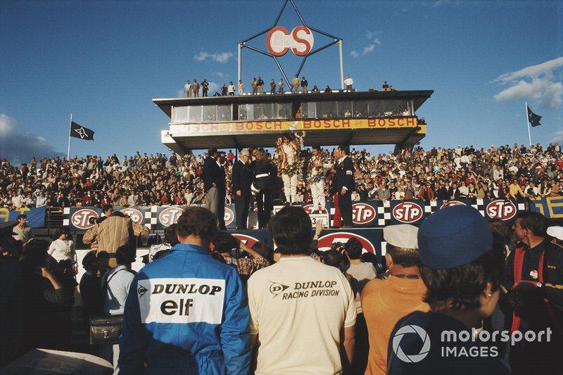 Ganador Jackie Stewart, segundo lugar Bruce McLaren, y tercer lugar Mario Andretti