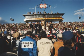 Jackie Stewart, primo classificato, Bruce McLaren, secondo classificato, e Mario Andretti, terzo classificato