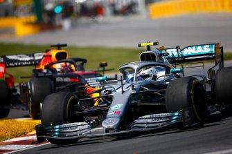 Valtteri Bottas, Mercedes AMG W10 en Max Verstappen, Red Bull Racing RB15