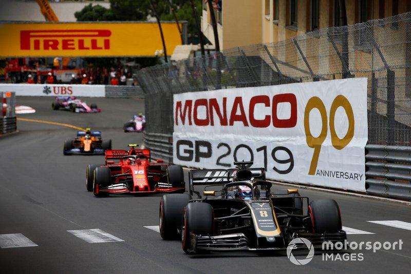 Romain Grosjean, Haas F1 Team VF-19, devant Charles Leclerc, Ferrari SF90, et Lando Norris, McLaren MCL34