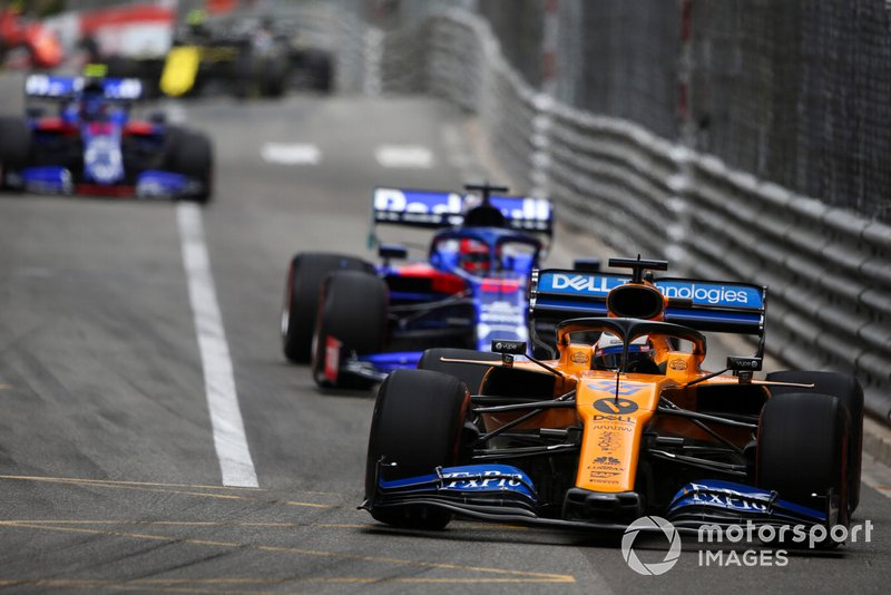 Carlos Sainz Jr., McLaren MCL34, ve Daniil Kvyat, Toro Rosso STR14
