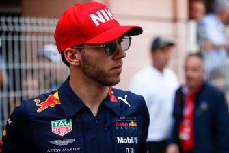 Pierre Gasly, Red Bull Racing, wearing his Niki Lauda tribute hat