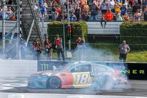 Kyle Busch, Joe Gibbs Racing, Toyota Camry M&M's Hazelnut victory