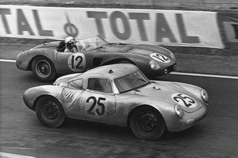 Richard von Frankenberg, Wolfgang von Trips, Porsche 550A RS Coupe, leads Olivier Gendebien, Maurice Trintignant, Ferrari 625 LM