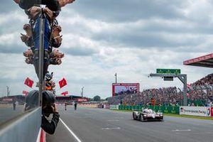 Il vincitore della gara #8 Toyota Gazoo Racing Toyota TS050: Sébastien Buemi, Kazuki Nakajima, Fernando Alonso