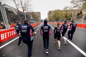 Lance Stroll, Racing Point, sur la piste avec ses ingénieurs