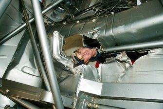 Mark Winterbottom, Orrcon Racing, kijkt door het gat in de vloer van zijn Ford veroorzaakt door een putdeksel