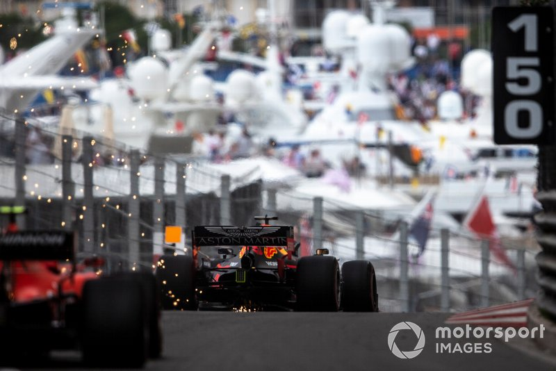 Max Verstappen, Red Bull Racing RB15, precede Charles Leclerc, Ferrari SF90