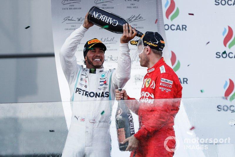 Lewis Hamilton, Mercedes AMG F1, secondo, spruzza champagne su Sebastian Vettel, Ferrari, terzo