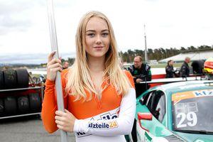 Una chica de la parrilla para #29 Montaplast by Land-Motorsport Audi R8 LMS: Jake Dennis, Christopher Mies
