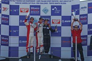 Podio Gara 2: il secondo classificato Andrea Gagliardini, Best Lap, il vincitore Dario Capitanio, Best Lap, il terzo classificato Simone Riccitelli, Kinetic Racing