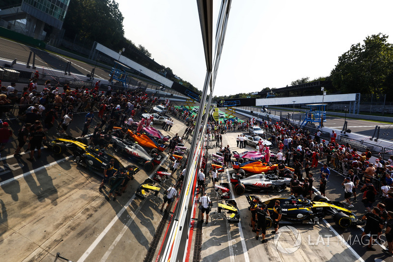 Cars of Nico Hulkenberg, Kevin Magnussen, Lando Norris, Esteban Ocon and Lewis Hamilton, Mercedes AMG F1 W09, line up in the pit lane