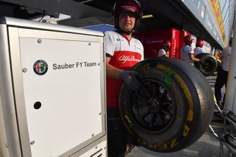 Mecánico Sauber F1 Team y neumático Pirelli