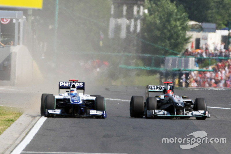 Michael Schumacher, Mercedes GP MGP W01 tasse Rubens Barrichello, Williams FW32, contre le mur