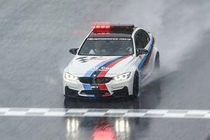 Safety-Car von BMW im Regen