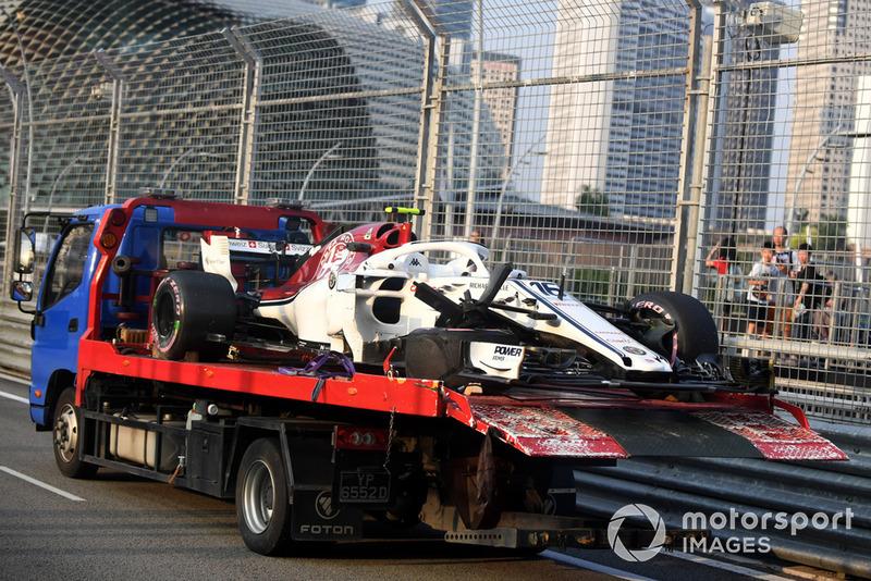 La voiture accidentée de Charles Leclerc, Sauber C37 est ramenée aux stands après les FP1