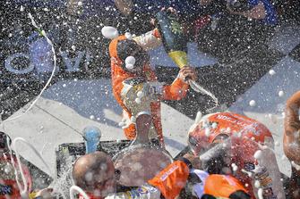Chase Elliott, Hendrick Motorsports, Chevrolet Camaro SunEnergy1 e Alan Gustafson, festeggiano con lo champagne nella victory lane