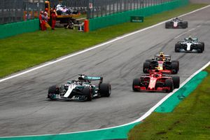 Lewis Hamilton, Mercedes AMG F1 W09, devant Kimi Raikkonen, Ferrari SF71H, Max Verstappen, Red Bull Racing RB14, Valtteri Bottas, Mercedes AMG F1 W09, et Romain Grosjean, Haas F1 Team VF-18