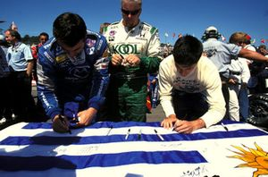 The drivers sign the Uruguay flag in respect to Gonzalo Rodrigue