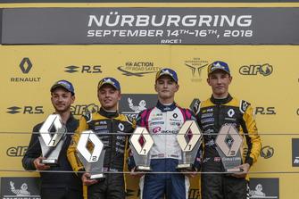 Podium: Racewinnaar Logan Sargeant, R-Ace GP, tweede plaats Max Fewtrell, R-Ace GP, derde plaats Christian Lundgaard, MP Motorsport