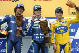 Podium: racewinnaar Sete Gibernau, Honda, tweede plaats Valentino Rossi, Yamaha, derde plaats Max Biaggi, Honda