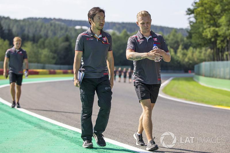 Kevin Magnussen, Haas F1 Team, cammina lungo il circuito con il suo ingegnere