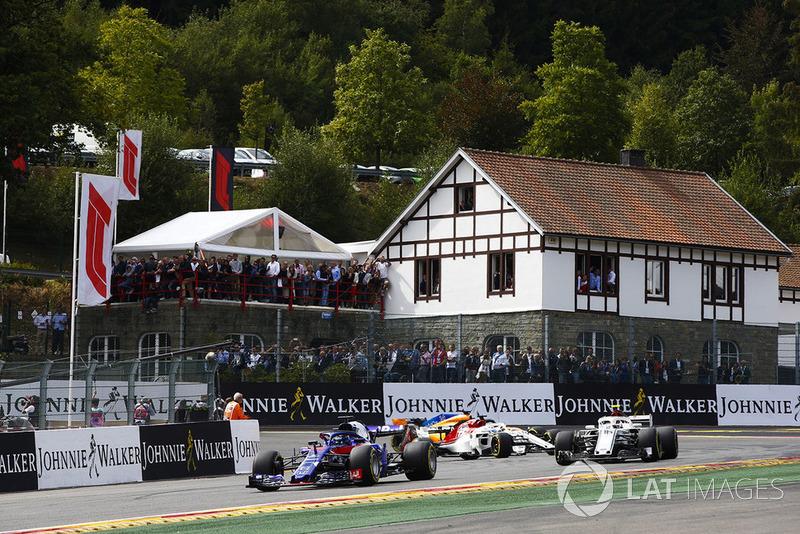 Brendon Hartley, Toro Rosso STR13, Charles Leclerc, Sauber C37, y Marcus Ericsson, Sauber C37