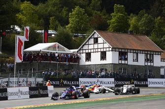 Brendon Hartley, Toro Rosso STR13, devant Charles Leclerc, Sauber C37, et Marcus Ericsson, Sauber C37, dans le tour de formation