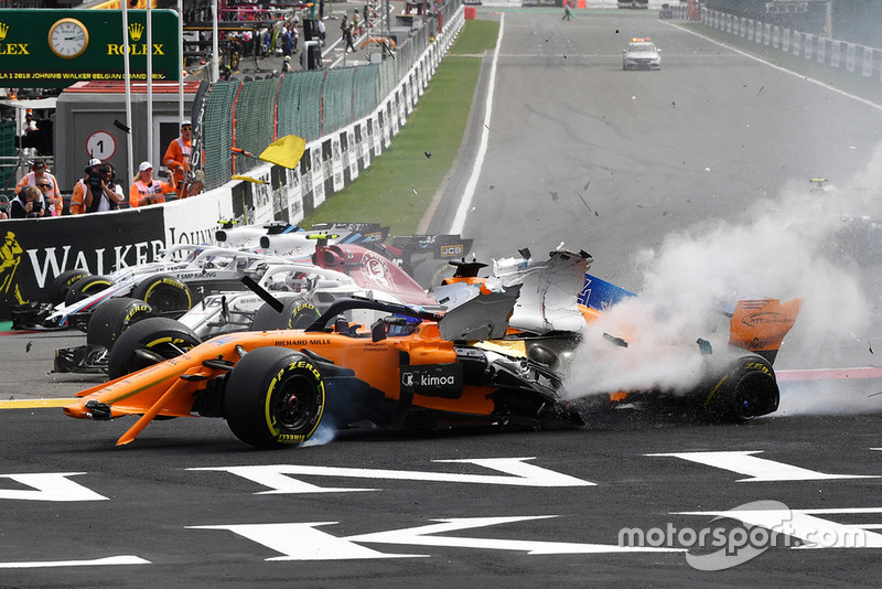 Fernando Alonso, McLaren MCL33 crashes at the start
