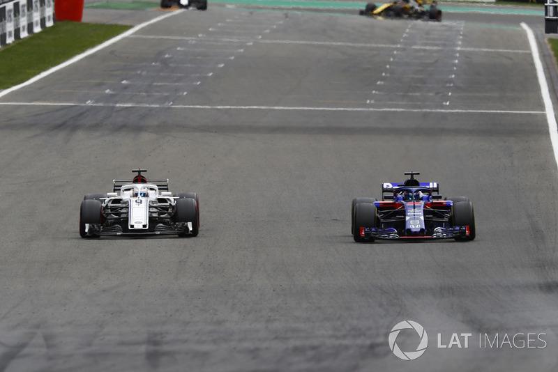 Marcus Ericsson, Sauber C37, i Brendon Hartley, Toro Rosso STR13, walka na torze