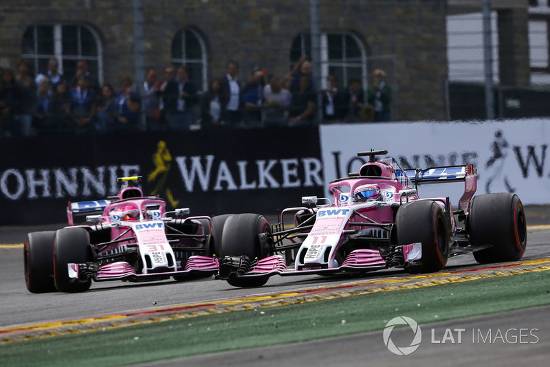 Sergio Perez, Racing Point Force India VJM11, za nim Esteban Ocon, Racing Point Force India VJM11