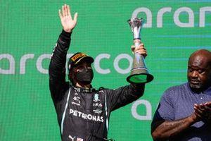 Le deuxième Lance Stroll, Aston Martin, soulève son trophée à côté de Shaquille O'Neal