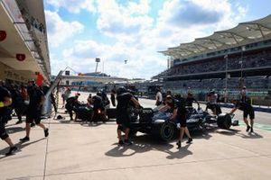 Lewis Hamilton, Mercedes W12, vuelve al garaje