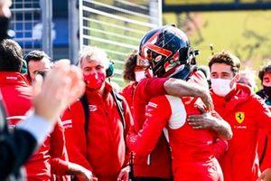 Ganador Arthur Leclerc, Prema Racing celebra con el equipo
