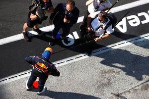 Max Verstappen, Red Bull Racing, 1e positie, wordt geïnterviewd door Ted Kravitz, Sky TV, na de race