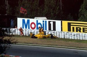 Martin Donnelly sale de su Lotus tras hacer un trompo