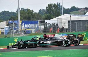 Lewis Hamilton, Mercedes W12, adelanta a Daniel Ricciardo, McLaren MCL35M