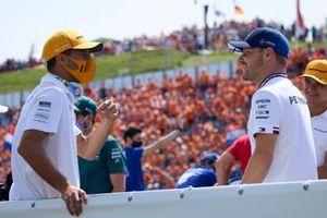 Daniel Ricciardo, McLaren, habla con Valtteri Bottas, Mercedes,